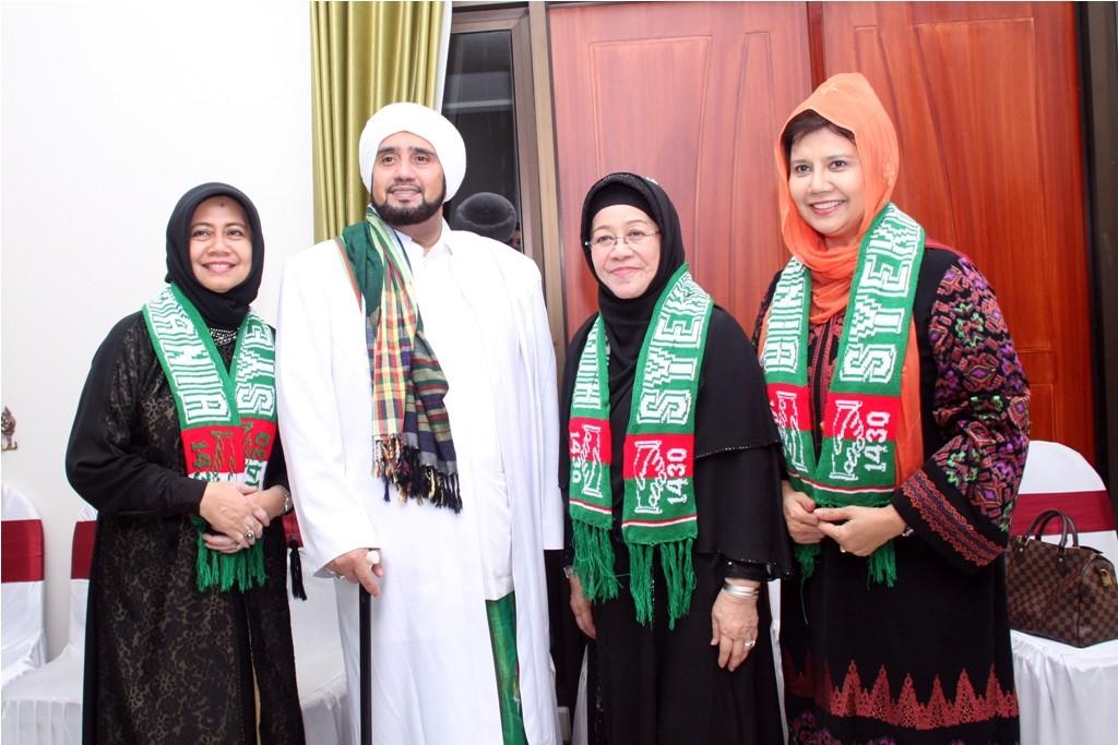 Habib Syech bersama Istri dan Adik Perempuan Bapak Supramu Santosa