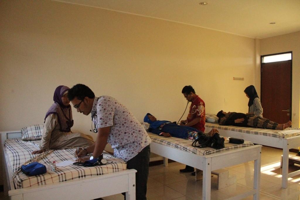 Tim Kesehatan sedang memeriksa kesehatan jama'ah