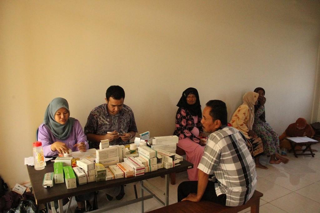 tim kesehatan memberikan obat kepada salah satu pasien