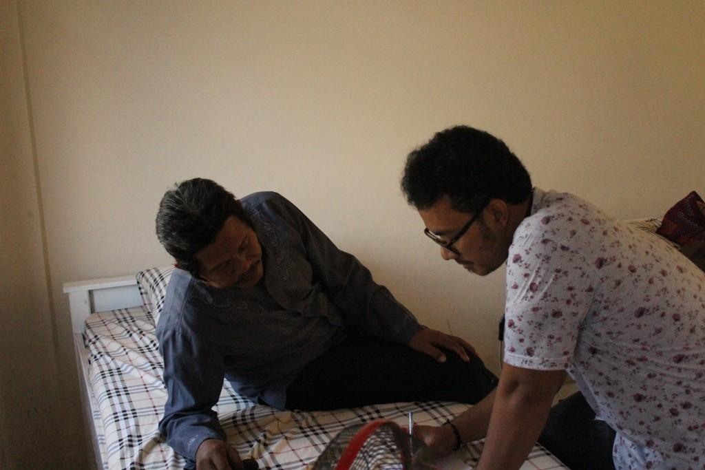 Dr. Rahmat Ageng sedang menuliskan resep obat untuk jama'ah