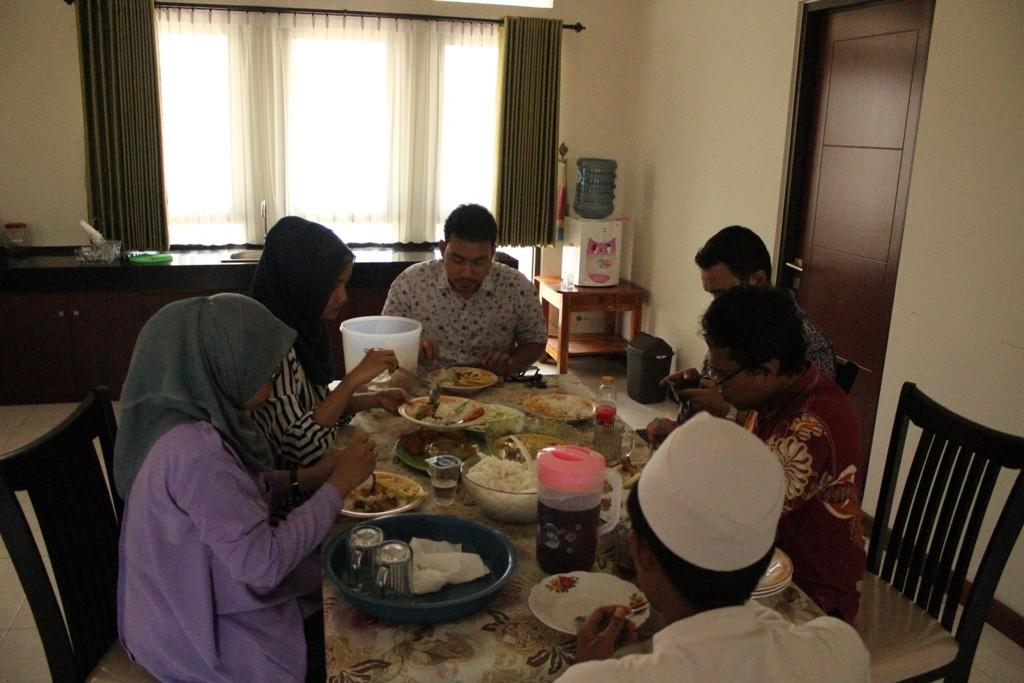 para dokter muda sedang ramah tamah di paviliun masjid