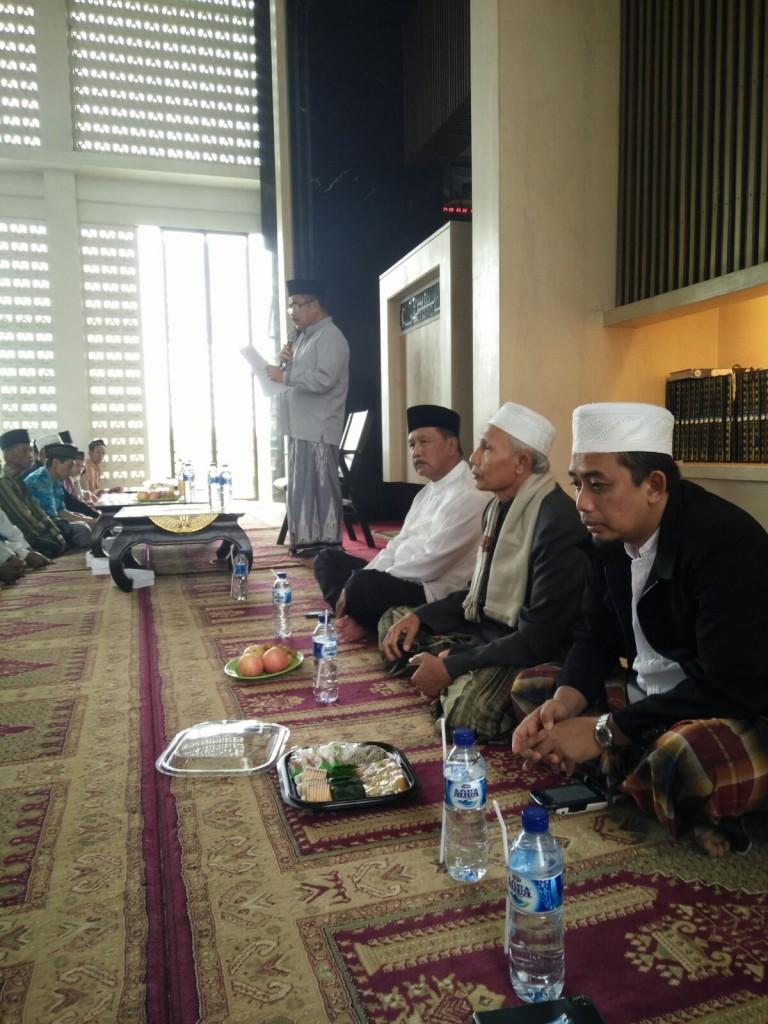 Drs. H. Basuki, membacakan rencana agenda kegiatan masjid untuk tahun 2016