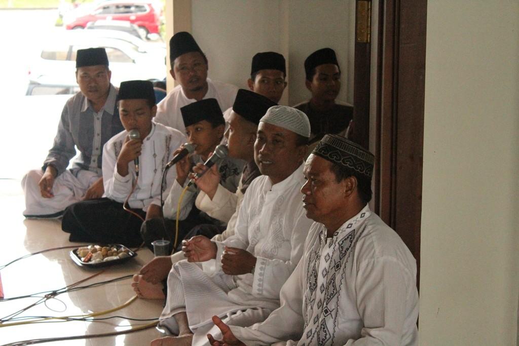 Group Rebana Masjid al-Birru Pertiwi sedang melantunkan sholawat nabi