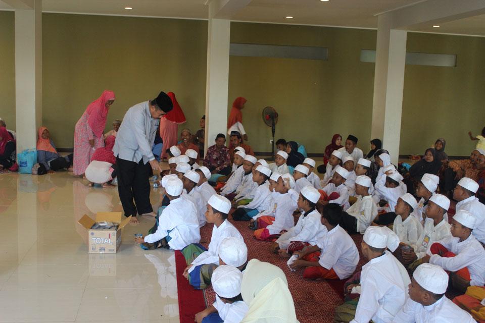 H. Basuki (Direktur Utama Masjid) sedang bertanya pada peserta khitan