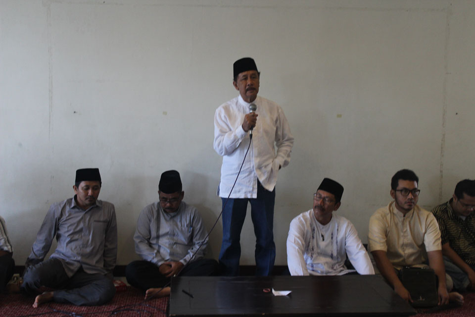 Bapak H. Supramu Santosa sedang menasihati Peserta Khitanan