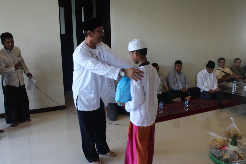 Bapak Eddy (Ketua Yayasan Masjid Al Birru Pertiwi) memberikan bingkisan kepada peserta