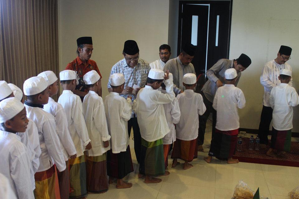 Para Peserta sedang Menerima Tali Asih dari para Donatur