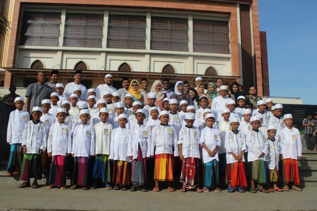Peserta Khitanan Masal Foto bersama Ta'mir Masjid