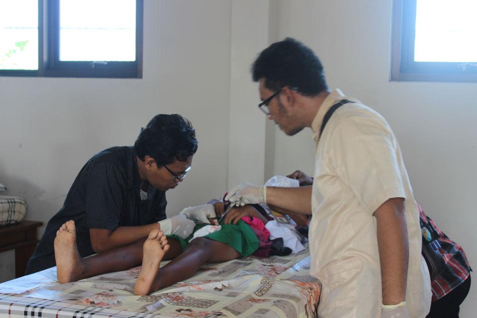 Dr Ageng (Putra Pak Eddy) sedang memerikas anak yang di khitan