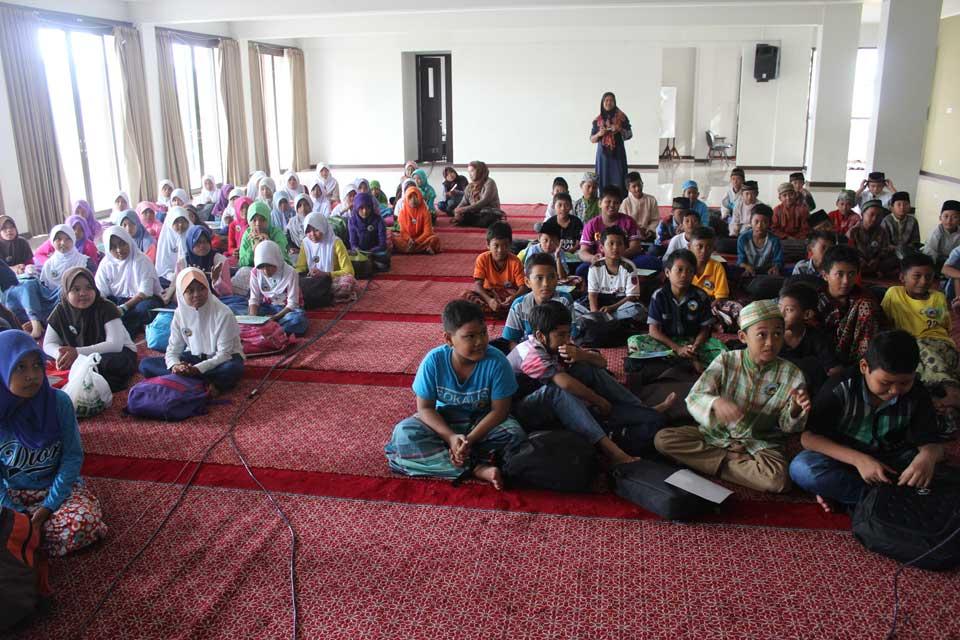Peserta Pesantren Ramadhan lagi mendengarkan cerita penuh hikmah