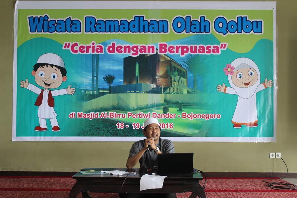 ustadz Agus Sholahuddin memberikan sedikit wejangan kepada Peserta Pesantren Ramadhan