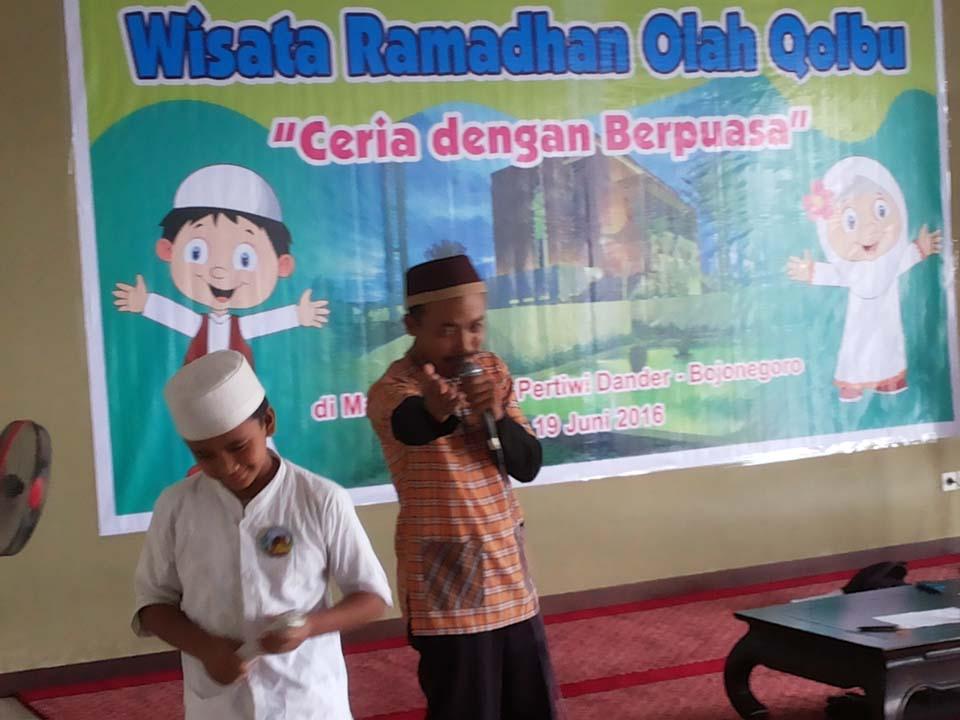 Tim dari Kampung Dongeng Bojonegoro menyampaikan materi amal sholeh kepada sesama manusia