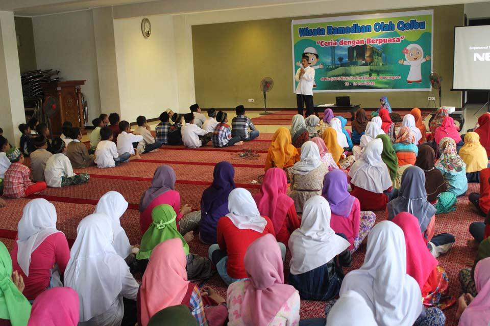 tamapak dari belakang para Peserta Pesantren Ramadhan antusias menyimak materi dari kak Junghan