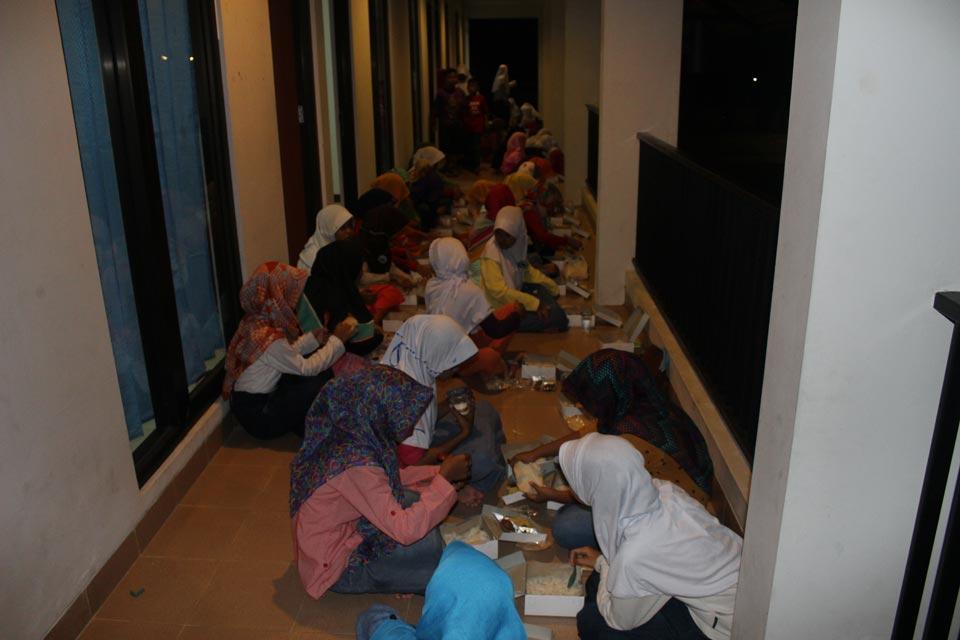 Peserta Putri Buka Bersama di Lantai Atas Gedung Sekolah