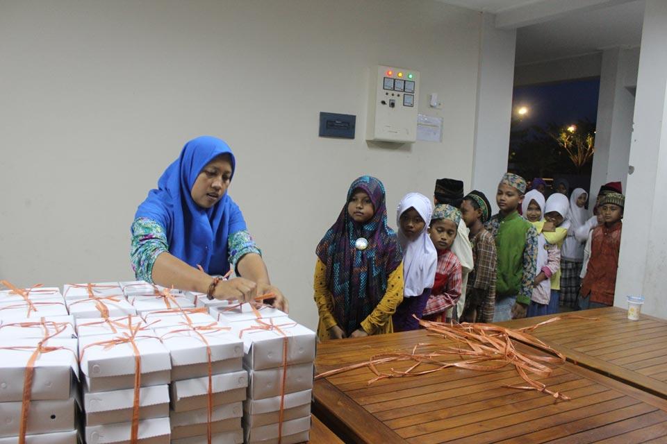 Peserta Pesantren Ramadhan mengambil makanan buka dengan tertib