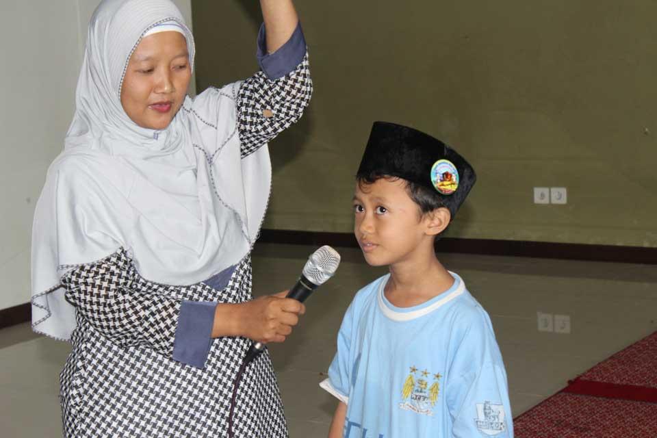 Ustadzah Mukarromah memberikan pertanyaan kuis berhadiah kepada salah satu peserta