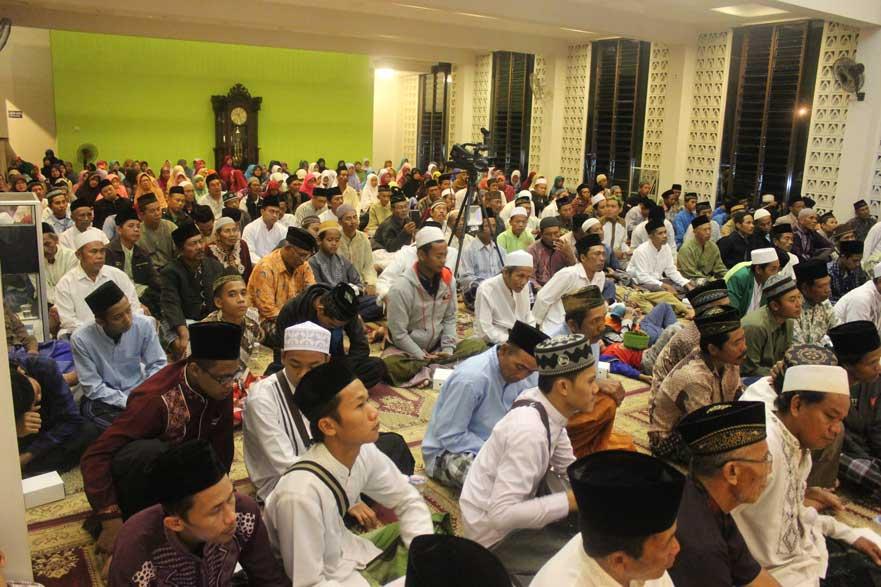 suasana Jamaah di dalam masjid dari depan
