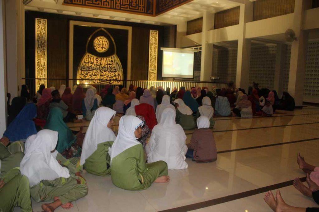Penampakan di dalam masjid dari belakang lantai atas