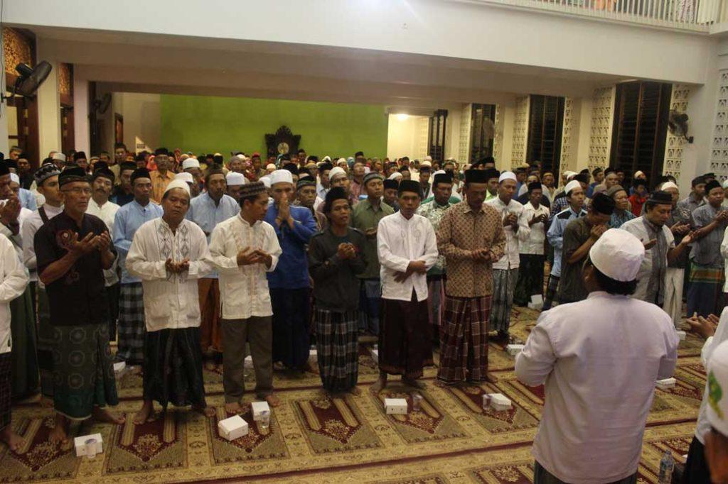 Para Jamaah membaca Maulid Nabi (mahalul qiyam)