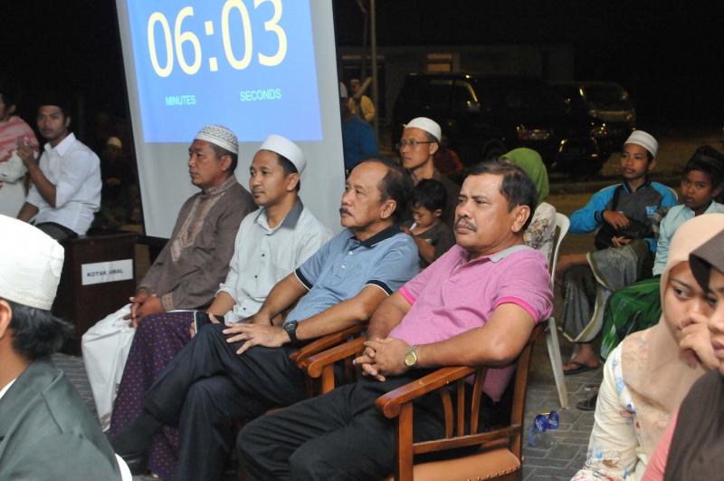 Bapak Supramu Santoso sedang menyaksikan Festival Hadrah di masjid al-Birru Pertiwi